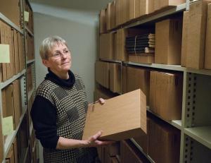 Hanne Sørensen med nogle af de mange nye arkivkasser.