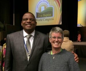 Generalsekretær Lone Møller-Hansen sammen med den nye præsident Paul Msiza, der er fra Sydafrika. Hun blev valgt til verdensrådet (eksekutivkomiteen) for de næste tre år.
