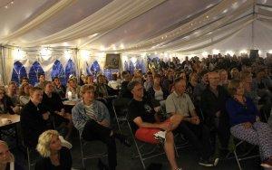 stort-publikum-til-stand-up-i-platformteltet